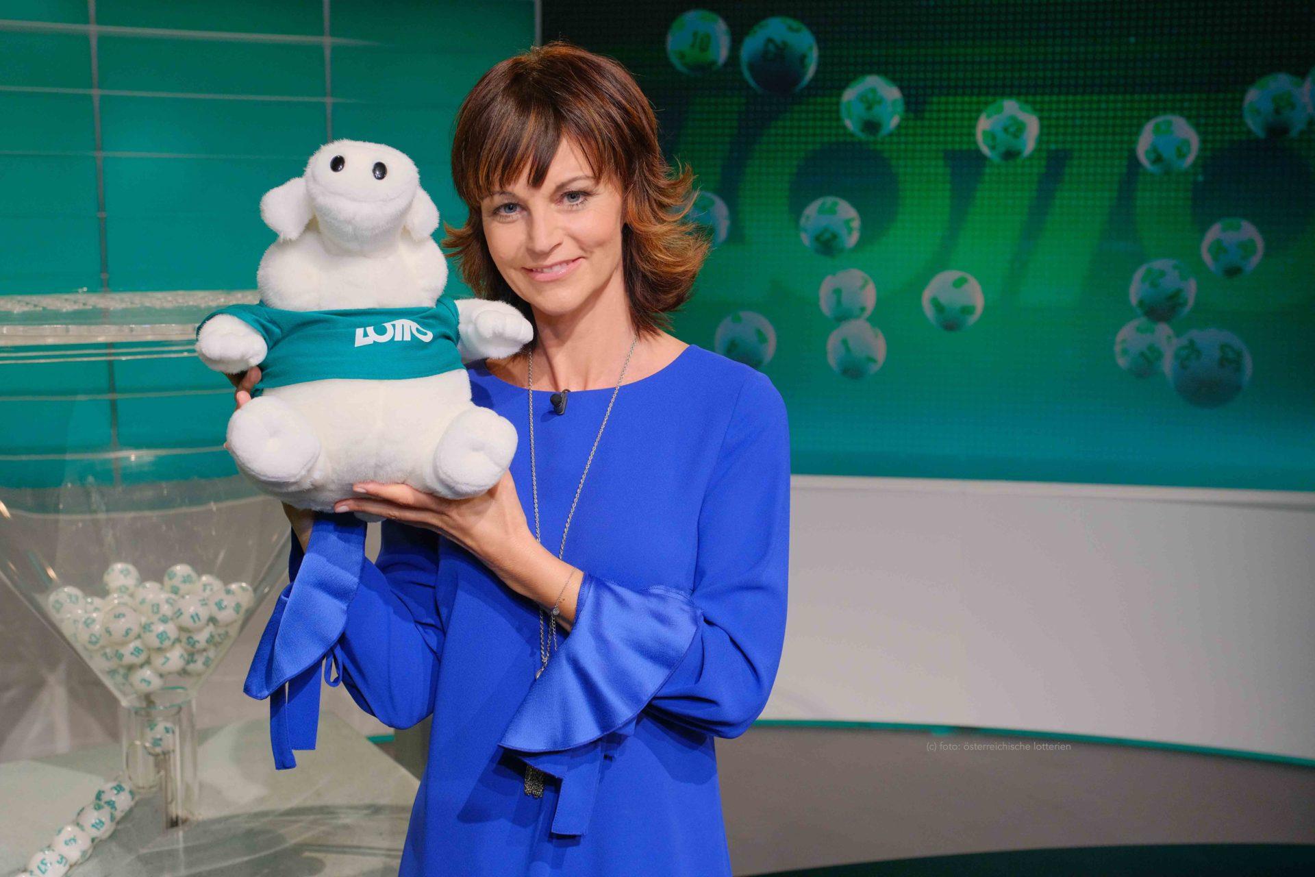 Evelyn Vysher mit Lottoschwein im ORF Studio