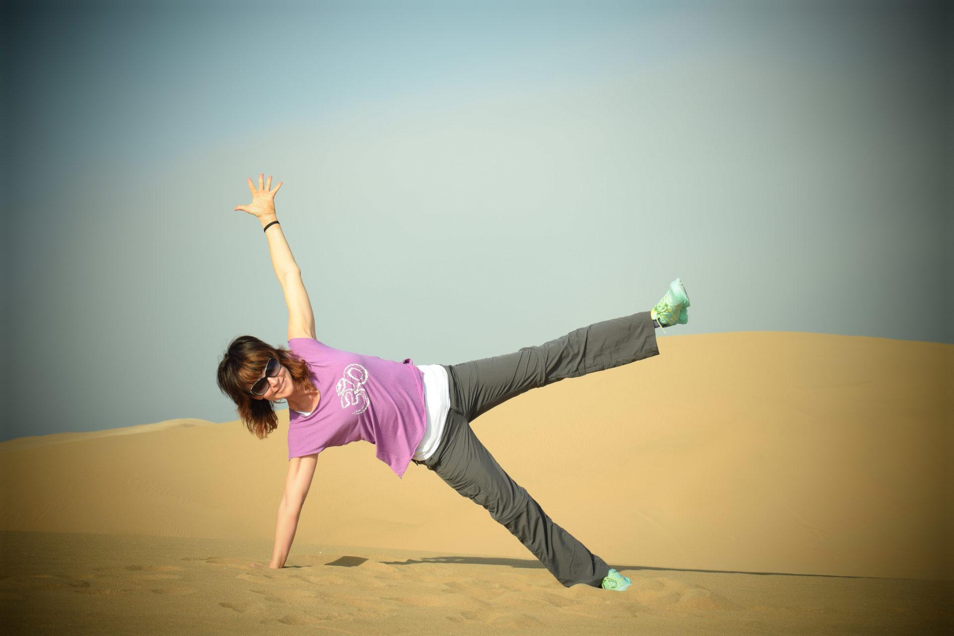 Lyn Yoga mit Evelyn Vysher in der Wüste