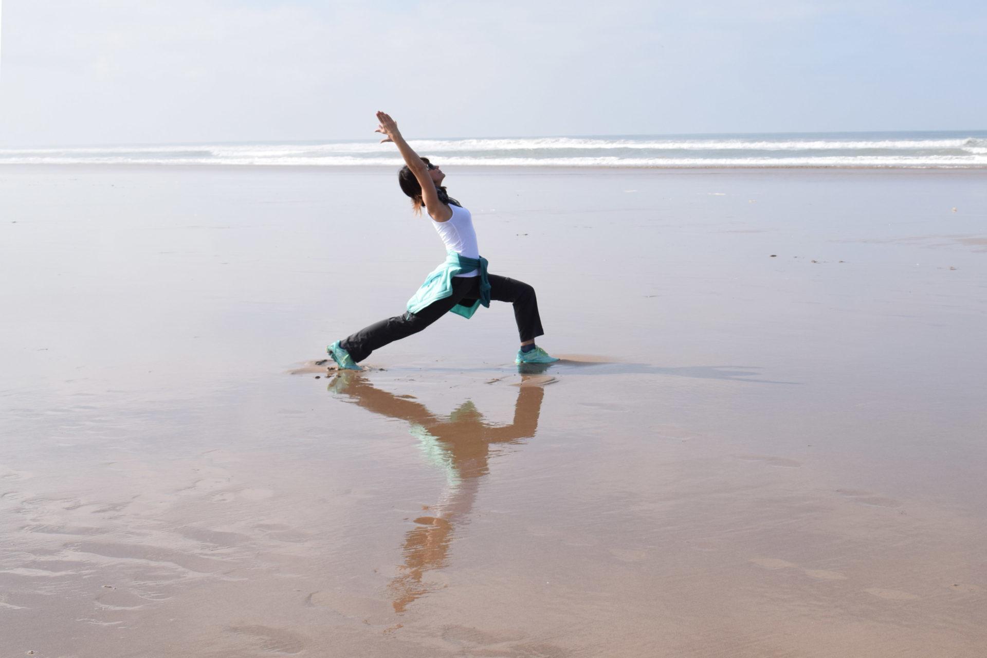 Lyn Yoga Tänzer am Meer