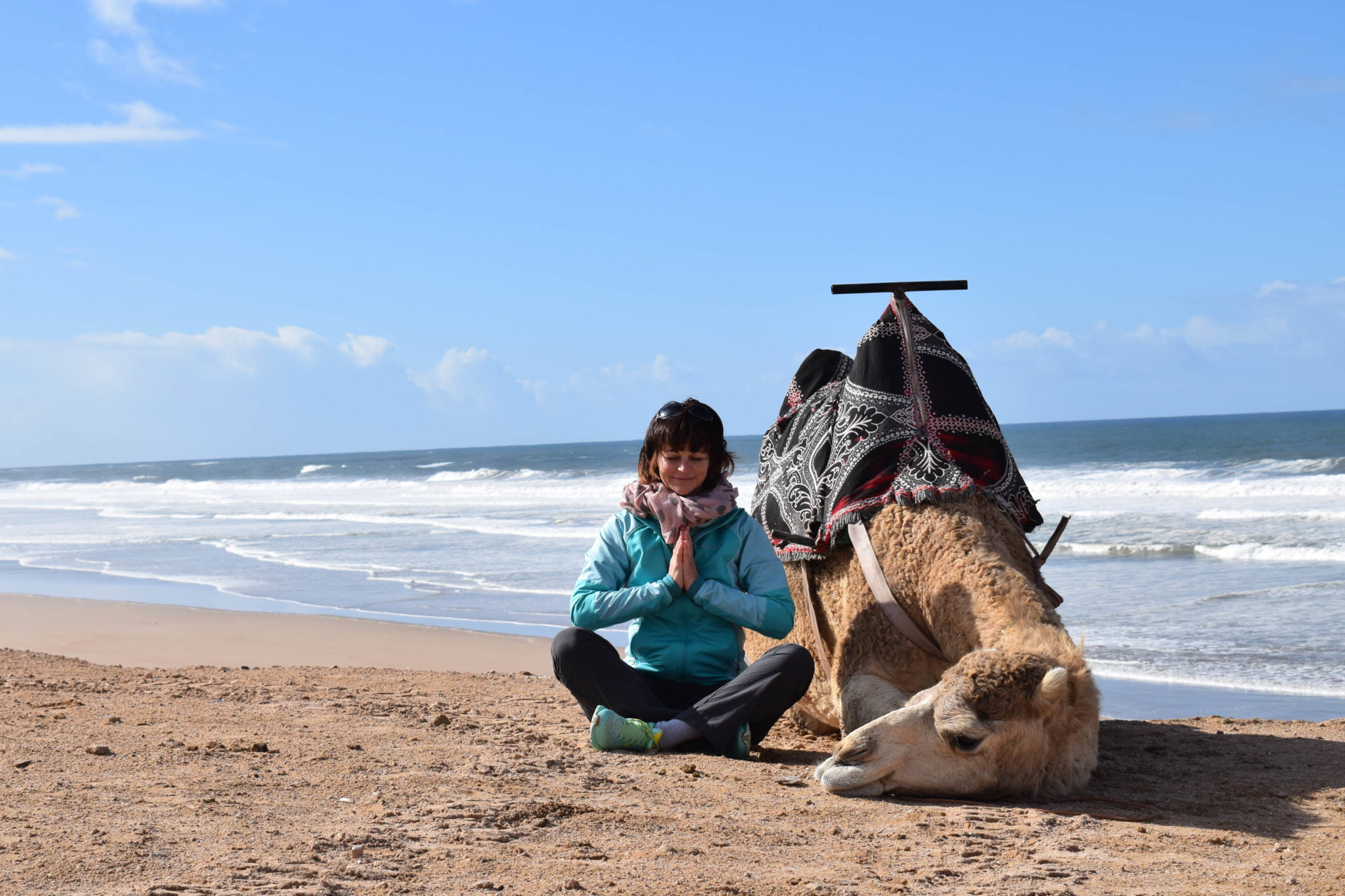 Lyn Yoga und Evelyn Vysher in Marokko mit Kamel