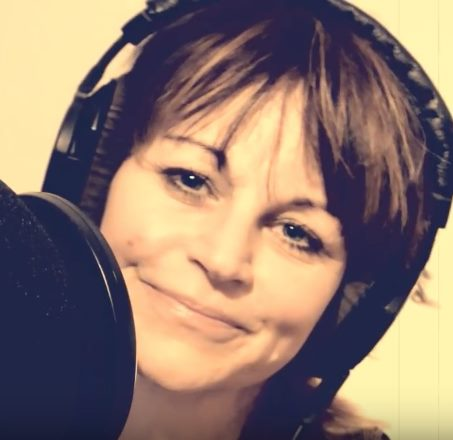 Sprecherin, Moderatorin und Sängerin Evelyn LYN Vysher im Studio